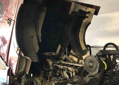 Hochgeklapptes Führerhaus eines LKW, Motor sichtbar