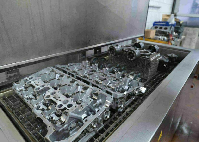 gereinigte Motorteile im Ultraschallbad